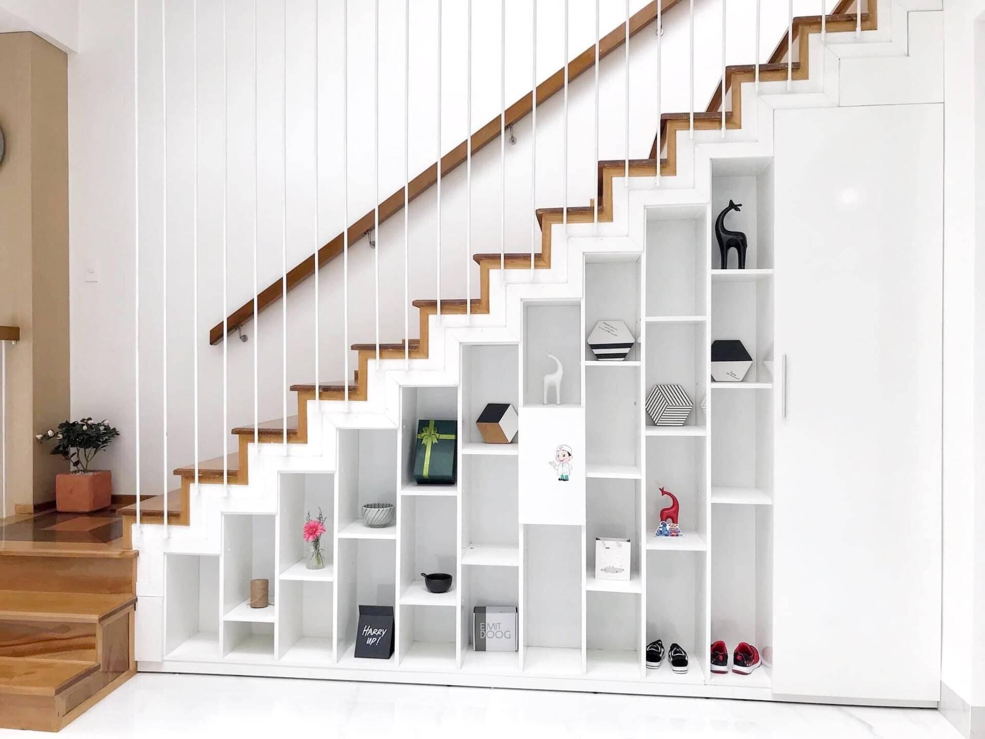 Kệ trang trí cầu thang sâu 30cm. Mở cánh cửa ra là 1 cái kho nhỏ đựng đồ đạc sâu 70cm, chiều dài bằng chiều dài cầu thang.