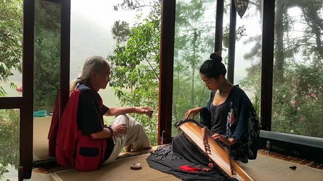 Phan Ý Ly khi tới học đàn tại Duyệt Thị Trang.