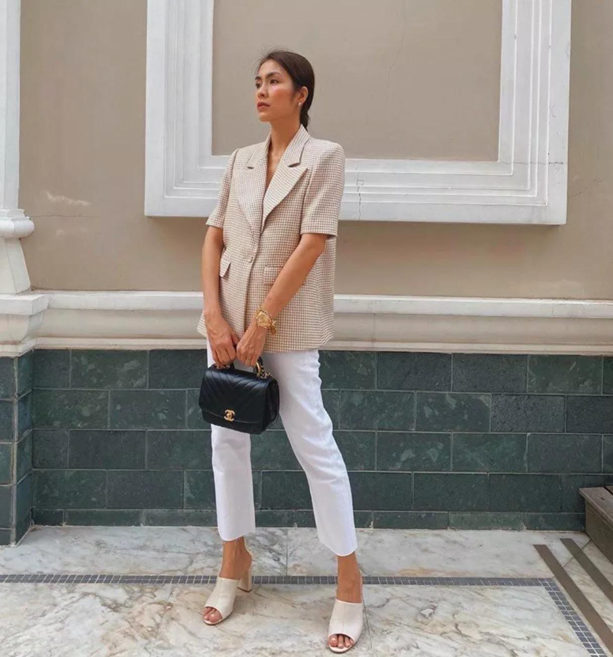 Tăng Thanh Hà mặc áo blazer ngắn hay kẻ ô với quần trắng