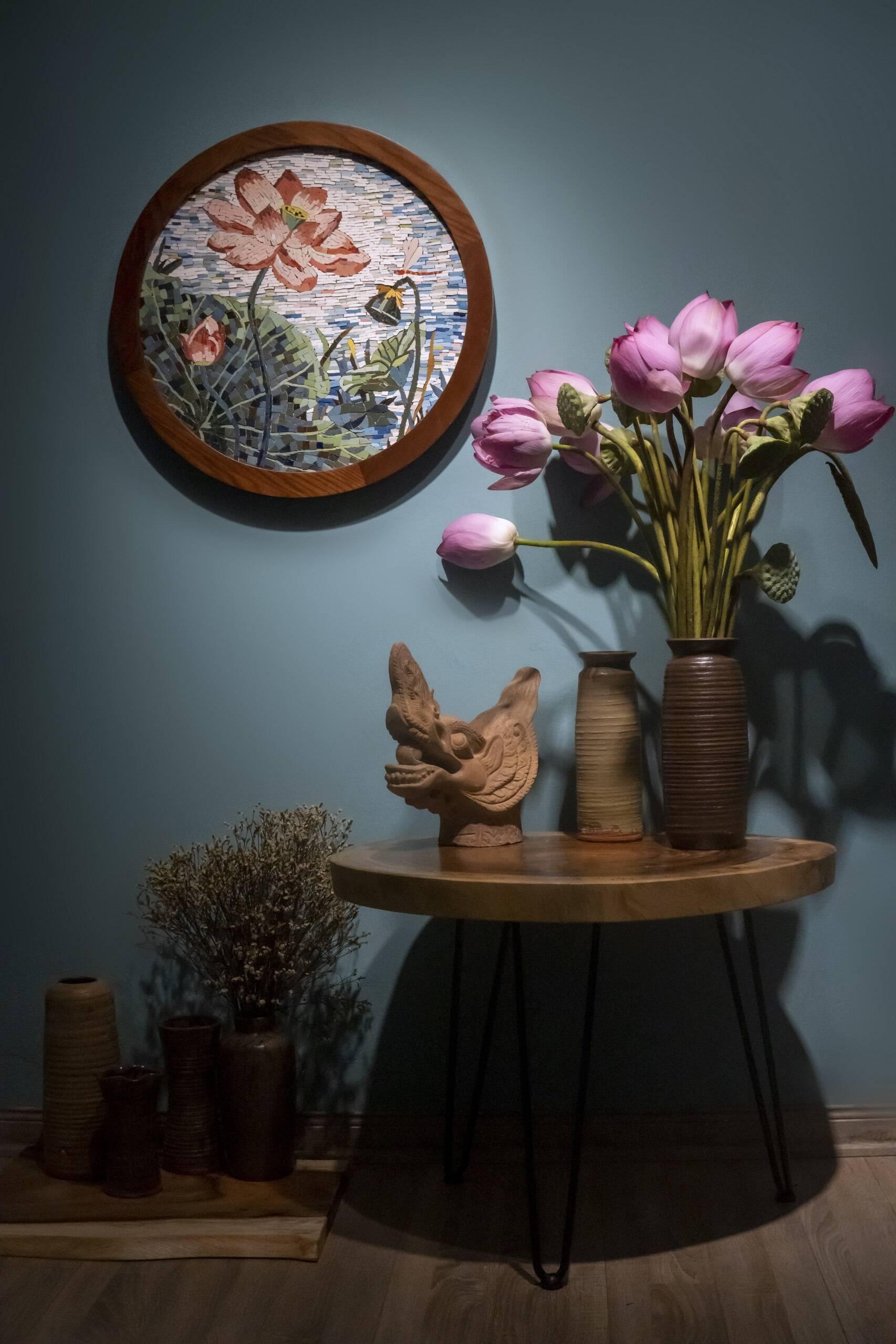 Bức tranh gốm hoa sen mang vẻ đẹp bình dị, gần gũi với văn hóa Việt Nam