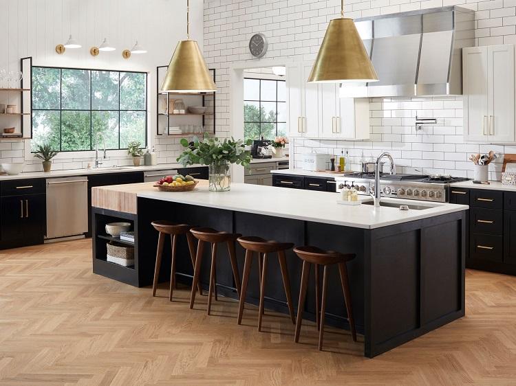 Bếp thường được bố trí gọn ở một phía nhà. Đặt bếp ở giữa nhà gây khó khăn cho việc đi lại và không tốt về phong thủy.