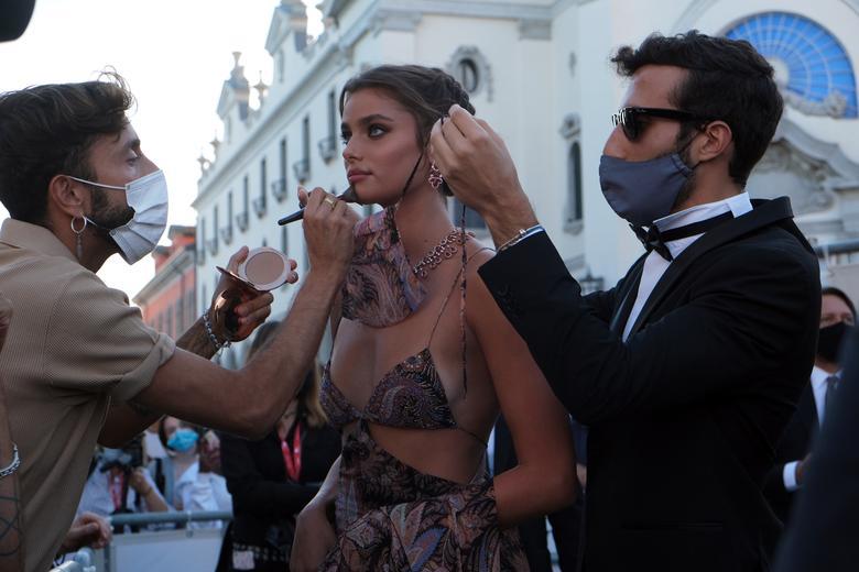 Taylor Hill tham dự buổi lễ gala của Liên hoan phim Quốc tế Venice lần thứ 77.Ảnh:Reuters.