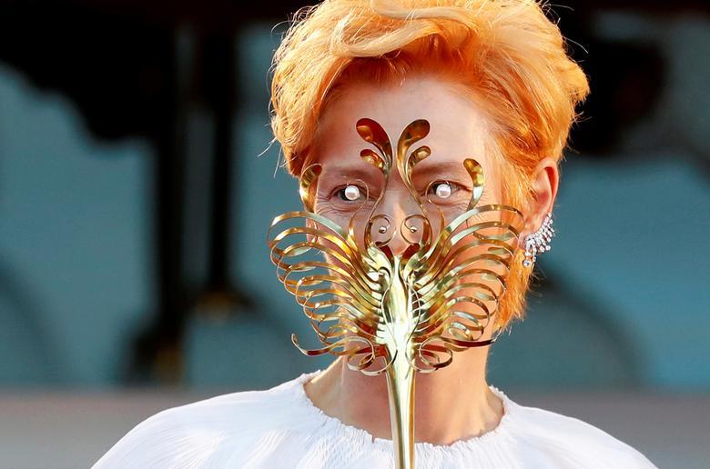 Diễn viên Tilda Swinton tạo dáng trong lễ khai mạc. Ảnh: Reuters.