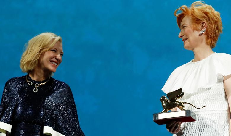 Diễn viên Tilda Swinton tạo dáng với giải Sư tử vàng cho thành tựu trọn đời bên cạnh Chủ tịch hội đồng giám khảo Cate Blanchett trong lễ khai mạc ngày 2/9. Ảnh: Reuters.