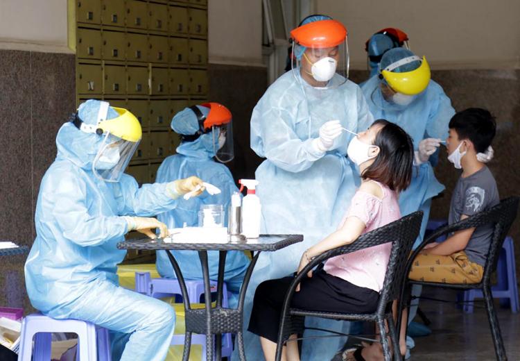 Ngành y tế lấy mẫu xét nghiệm tại chung cư Thái An 2. Ảnh:ML
