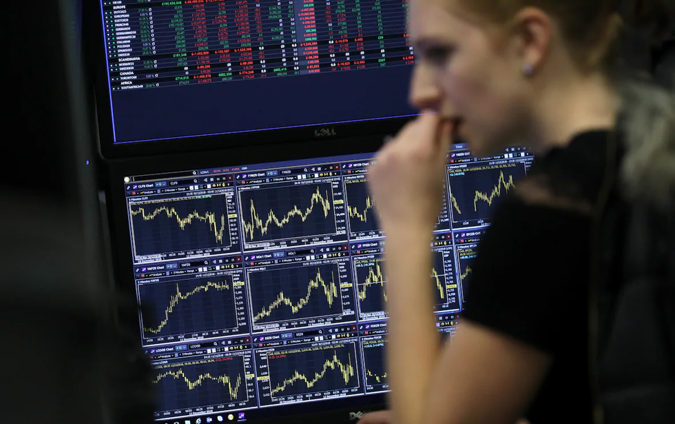 Sụt giảm và bán tháo như mầm bệnh đang lan khắp các sàn chứng khoán toàn cầu. Ảnh: CNBC