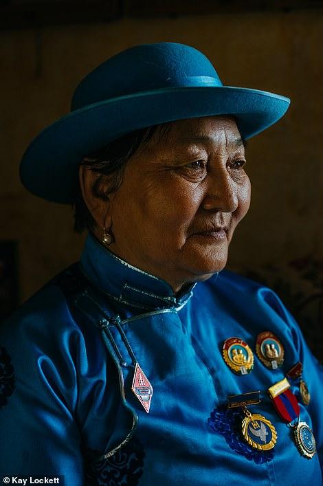 Nhiếp ảnh gia Kay Lockett đã chụp bức ảnh về Dugerjav, mẹ của 8 người con và người bà của 22 người cháu đến từ Mông Cổ, tự hào trưng bày huy chương Huân chương Người Mẹ Vinh quang của mình. Ở Mông Cổ, một quốc gia thưa thớt dân cư, việc làm mẹ được coi là nghĩa vụ yêu nước và chính phủ tôn vinh những người phụ nữ có gia đình đông con (ảnh trái), và cùng lọt vào danh sách rút gọn tại hạng mục Con người là hình ảnh về ông cụ thợ rèn Danchu ở Transylvania (Romania) do nhiếp ảnh gia Lynn Fraser thực hiện.