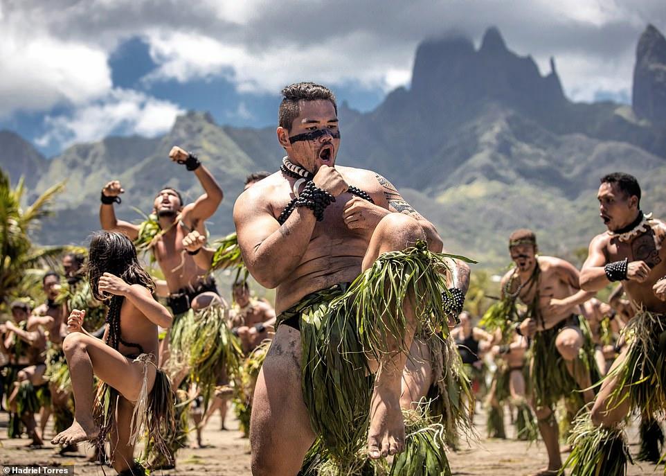 Hình ảnh vui nhôn này được chụp bởi Hariel Torres, cho thấy các vũ công biểu diễn haka trên đảo Ua Pou thuộc quần đảo Marquesas của Polynesia thuộc Pháp.Nó được chụp trong lễ hội Matavaa, được tổ chức bốn năm một lần kể từ năm 1986 trên chuỗi đảo. Ảnh lọt vào chung kết ở hạng mục con người.
