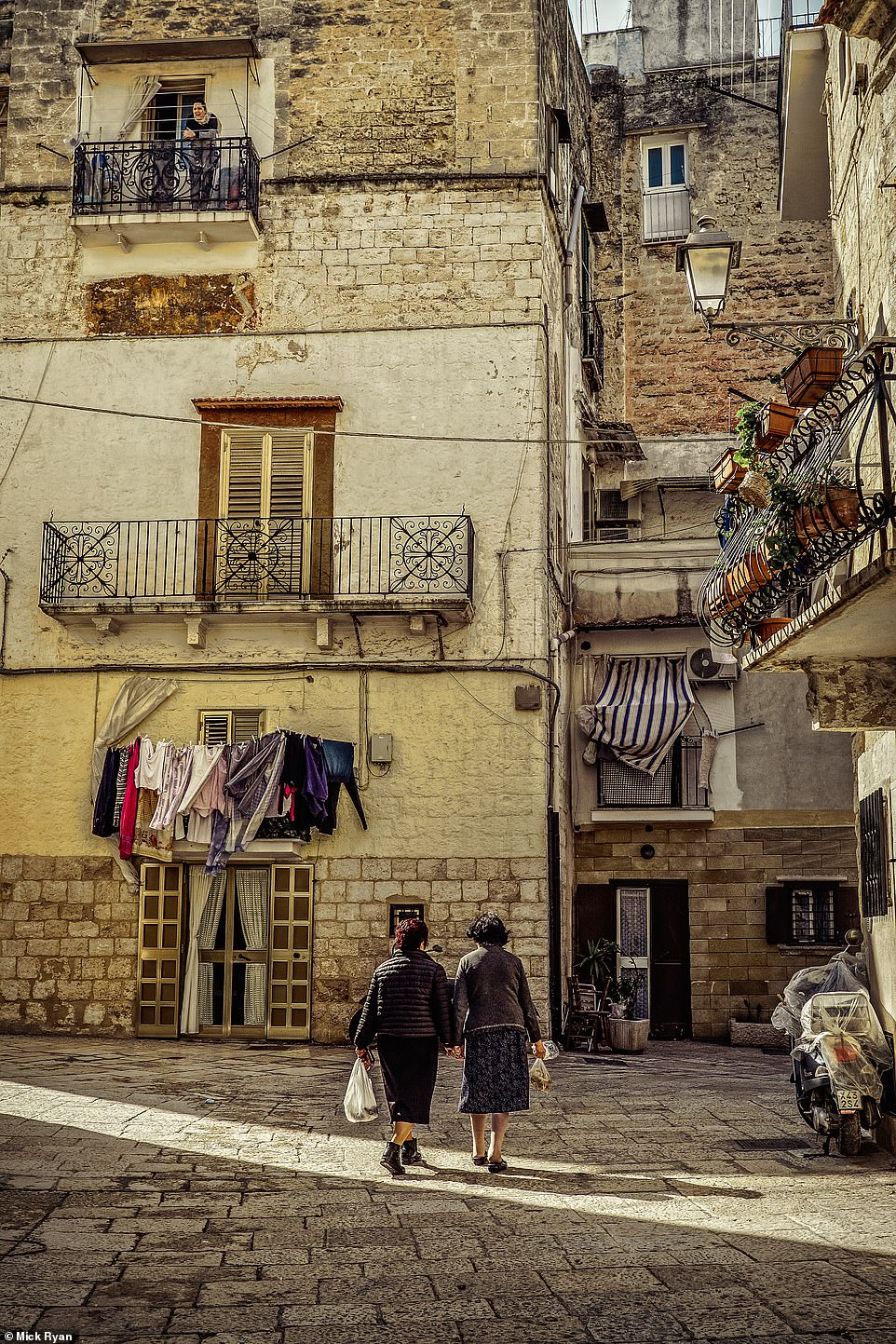 Nhiếp ảnh gia Mick Ryan đã chụp được cảnh tượng quyến rũ này của hai người phụ nữ đang đi mua hàng tạp hóa về ở thành phố Bari, miền nam nước Ý. Bức ảnh lọt vào vòng chung kết ở hạng mục thành phố.