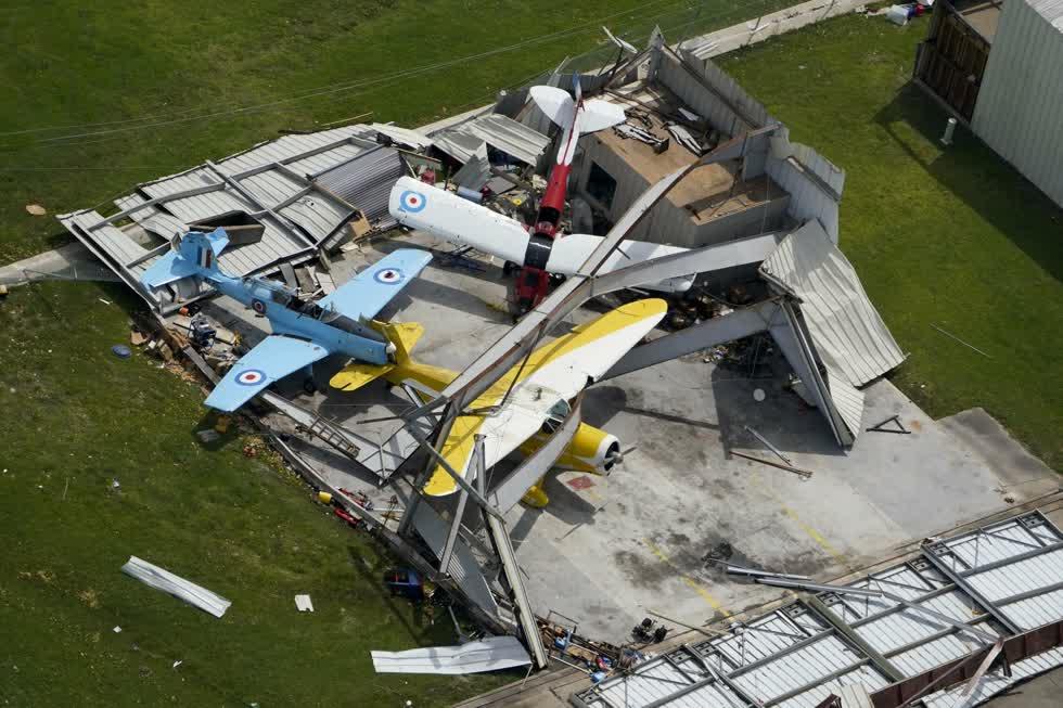 Một giá treo máy bay bị phá hủy vào thứ Năm, ngày 27/8, sau khi cơn bão Laura đi qua khu vực gần Hồ Charles, La. Ảnh: AP.