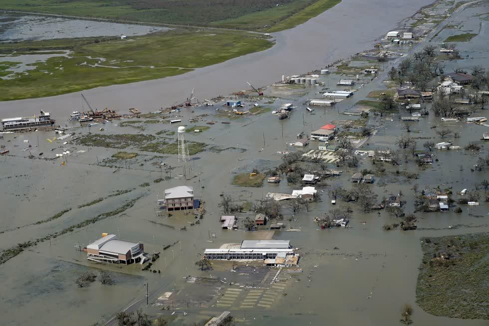 Các tòa nhà và nhà cửa bị ngập do hậu quả của cơn bão Laura vào ngày 27/8 năm ở Cameron, La. Ảnh: AP.