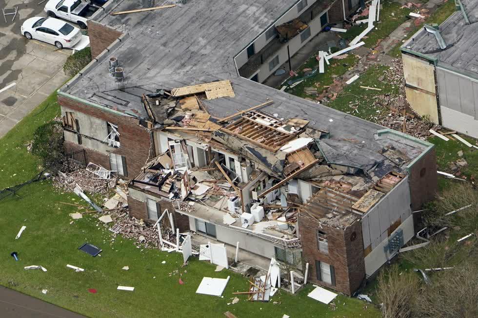 Một tòa nhà chung cư bị hư hại vào ngày 27/8, sau khi cơn bão Laura đi qua khu vực gần Hồ Charles, La. Ảnh: AP.