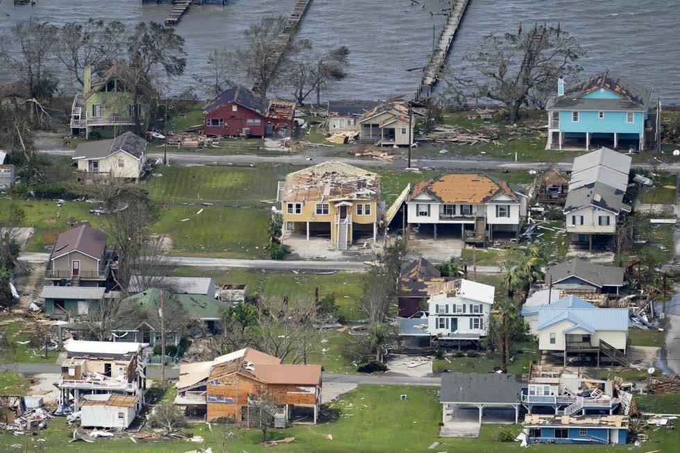 Các tòa nhà và nhà cửa bị hư hại sau cơn bão Laura. Ảnh: AP.