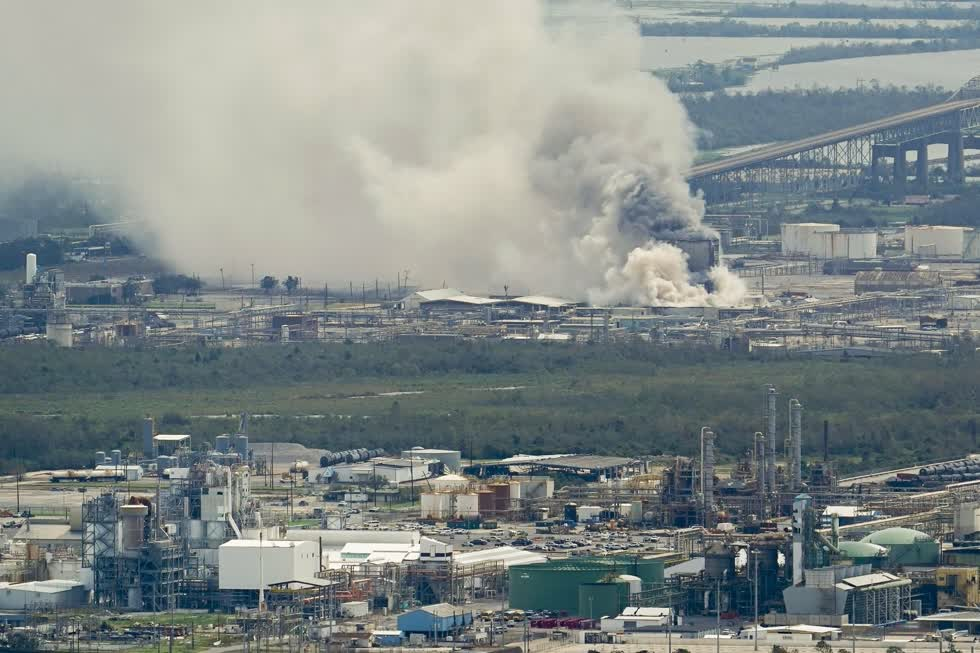 Một kho hóa chất bùng cháy tại một cơ sở sau cơn bão Laura. Ảnh: AP.
