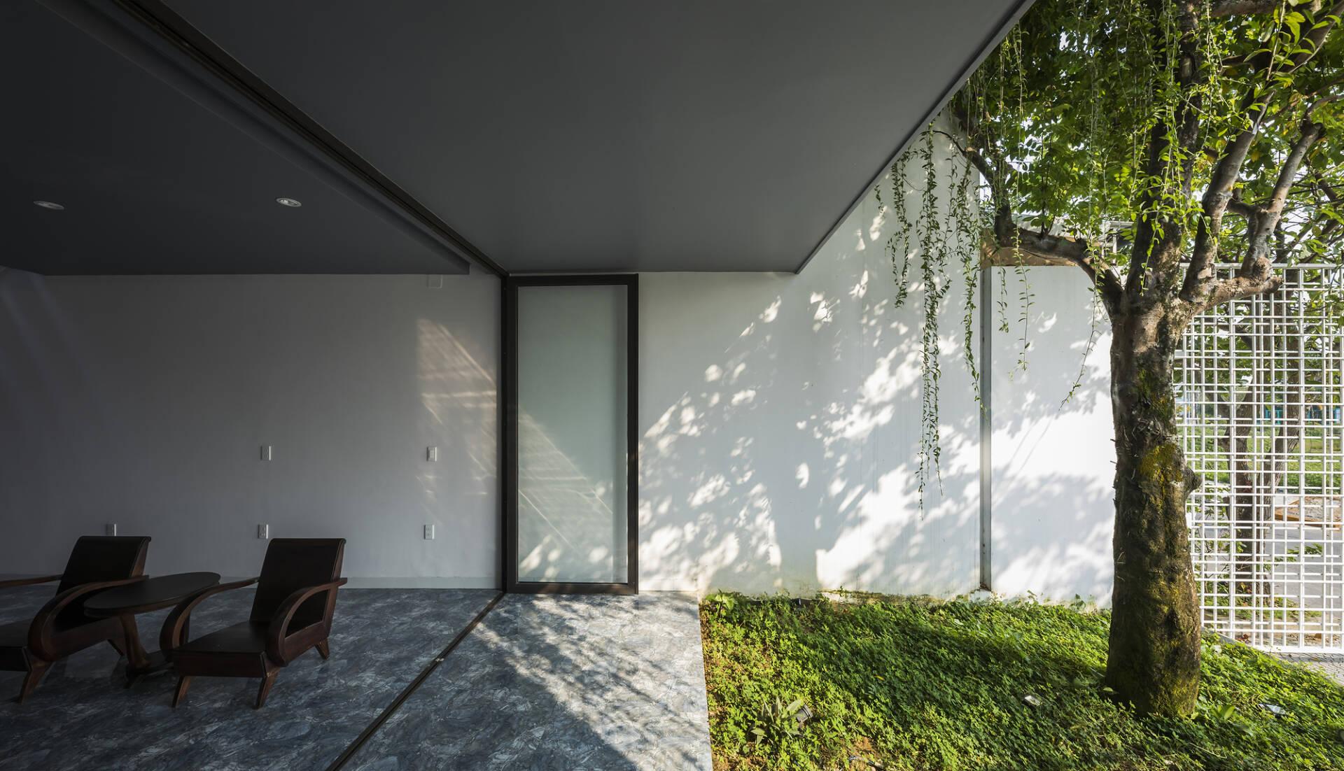 Mảnh sân vườn trước cửa là khoảng đệm xanh tuyệt vời cho ngôi nhà.