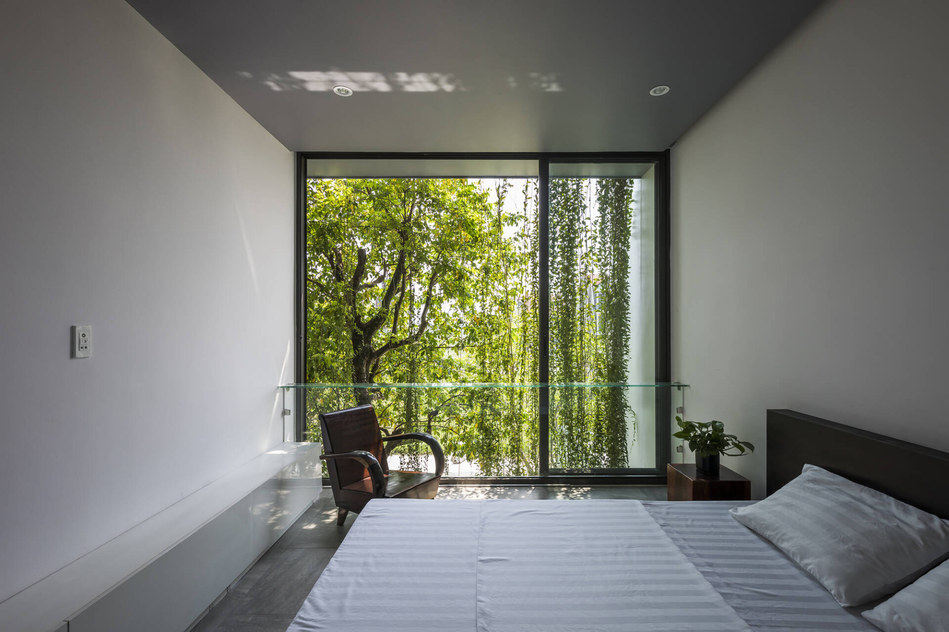 Phòng ngủ với thiết kế đơn giản với hai tông màu chủ đạo: trắng và nâu trầm.