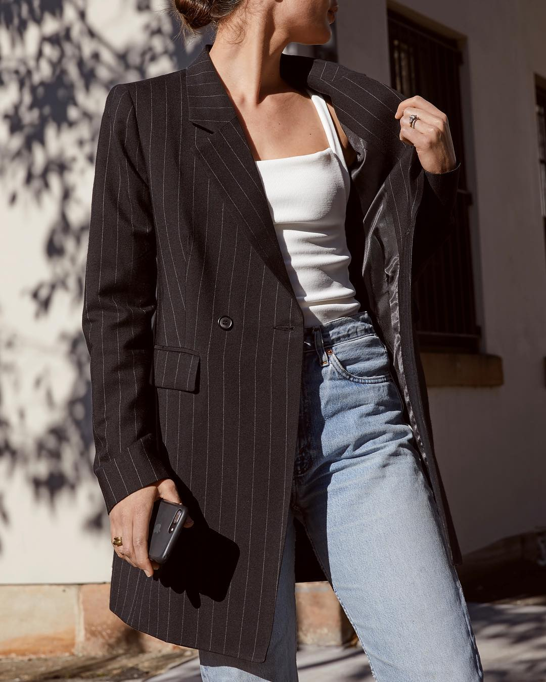 sara crampton mặc áo nữ cổ vuông tank top và áo blazer