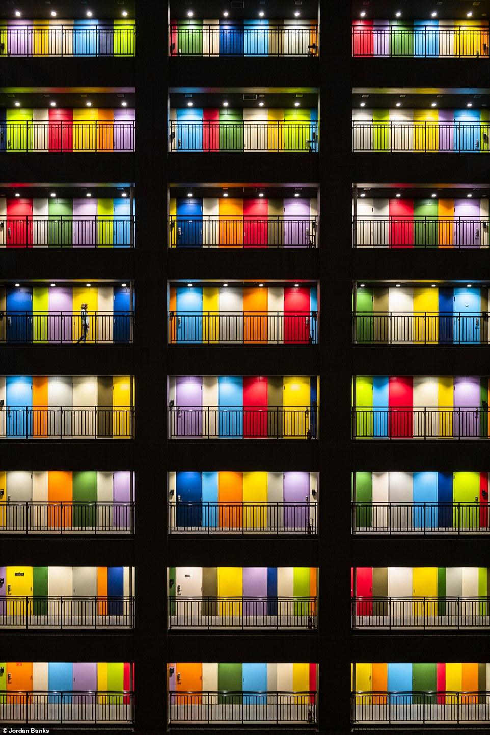 Hình ảnh đầy màu sắc này của Jordan Banks, lọt vào chung kết ở hạng mục thành phố. Cho thấy những cánh cửa nổi bật của tòa nhà Soho - một khu căn hộ tư nhân ở Odaiba, một hòn đảo nhân tạo ở Vịnh Tokyo.