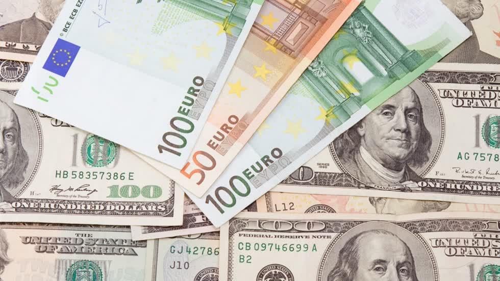 Tờ bạc xanh ngày càng mất giá so với các ngoại tệ khác. Ảnh: Admiral Markets