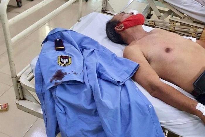 Nạn nhân được đưa đi cấp cứu trong tình trạng mất nhiều máu. Ảnh: Nhân chứng cung cấp.