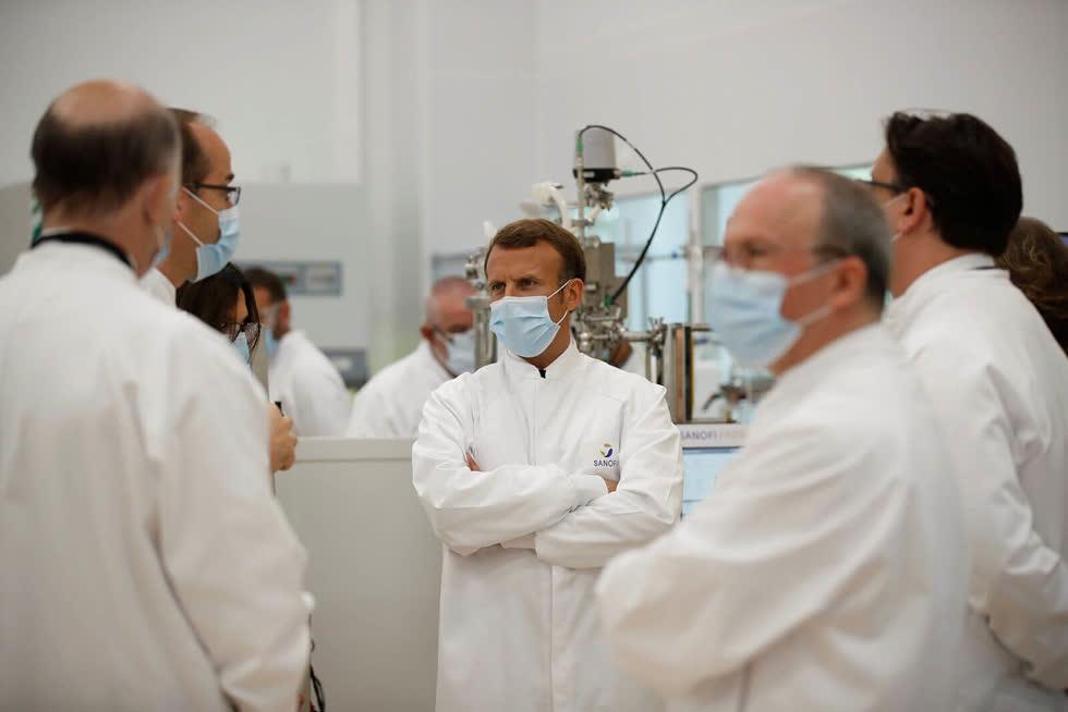 Tổng thống Emmanuel Macron tới thăm đơn vị sản xuất vaccine của nhà sản xuất Sanofi Pasteur. Ảnh: AFP