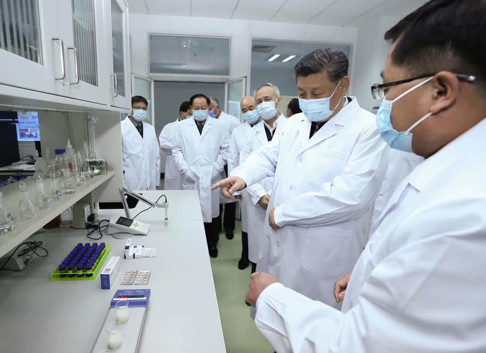 Chủ tịch Trung Quốc Tập Cận Bình đánh giá tiến độ nghiên cứu vaccine và kháng thể trong chuyến thăm của ông tới Học viện Khoa học Quân y ở Bắc Kinh. Ảnh: Xinhua
