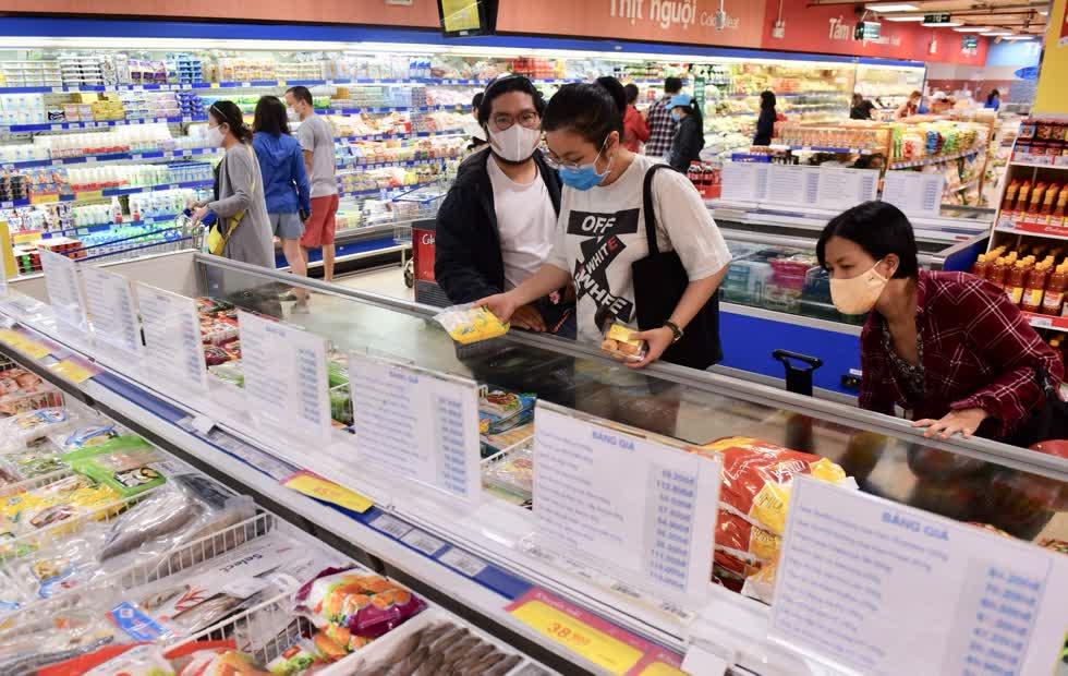 Khách hàng mua sắm trong siêu thị Co.opmart.