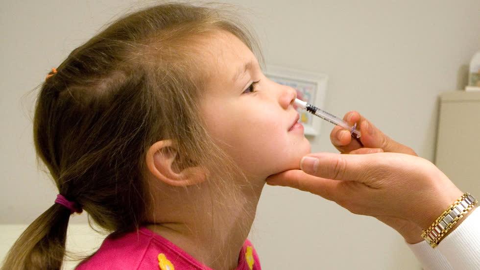 Vaccine dạng xịt mũi cũng đang được nghiên cứu chỉn chu. Ảnh: CNBC