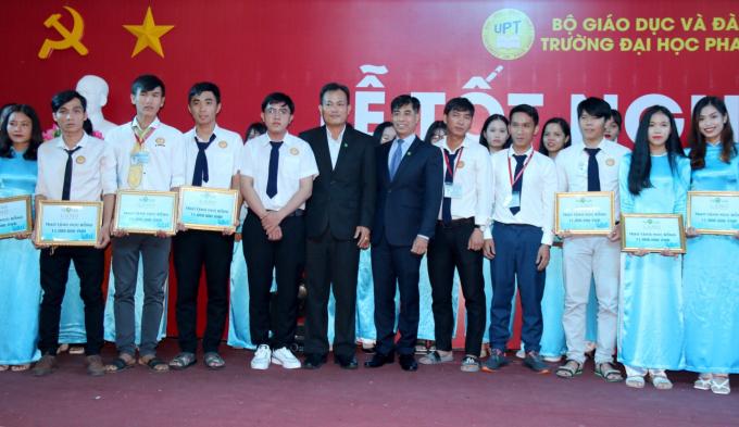 Đại diện Tập đoàn Novaland trao học bổng cho các em sinh viên trường Đại học Phan Thiết.