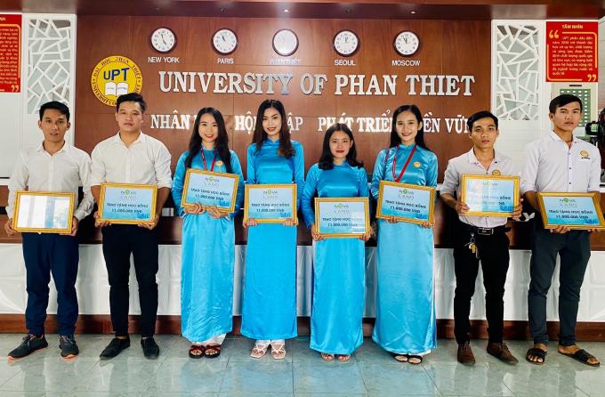 Niềm vui ánh lên qua đôi mắt và nụ cười của các em sinh viên khi nhận được học bổng từ Tập đoàn Novaland.