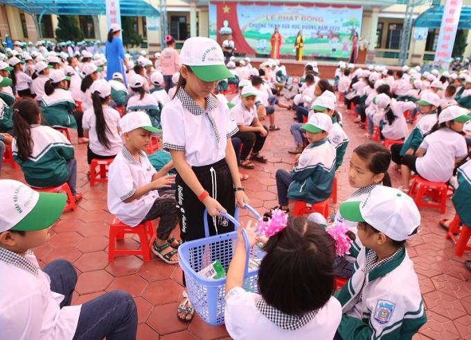 Các em học sinh tự giác gấp và thu dọn vỏ hộp sữa sau khi sử dụng xong, góp phần giữ vệ sinh cho môi trường trường học