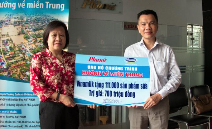 Ông Nguyễn Trung, Chủ tịch Công đoàn Công ty Vinamilk đại diện tập thể người lao động của công ty trao bảng tượng trưng 111.000 sản phẩm dinh dưỡng ủng hộ đồng bào miền Trung.