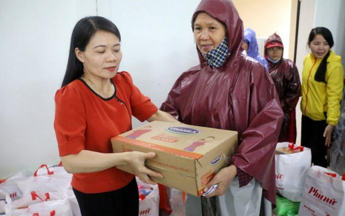 2.100 phần quà đầu tiên đã được trao đến tay người dân miền Trung đang gặp khó khăn vì bão lũ..