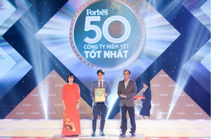 Ông Phan Minh Tiên, Giám đốc Điều hành Marketing của Vinamilk nhận giải thưởng Top 50 Công ty niêm yết xuất sắc năm 2020 do Forbes Việt Nam trao tặng.