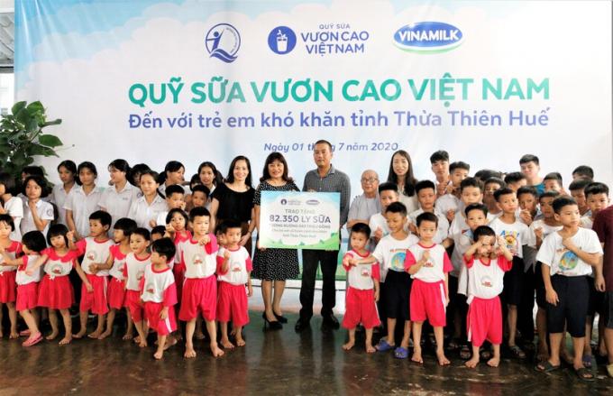 Để tăng cường chăm sóc dinh dưỡng cho trẻ em, chương trình Quỹ sữa Vươn cao Việt Nam và Sữa học đường được Vinamilk tích cực triển khai tại nhiều địa phương cả nước.