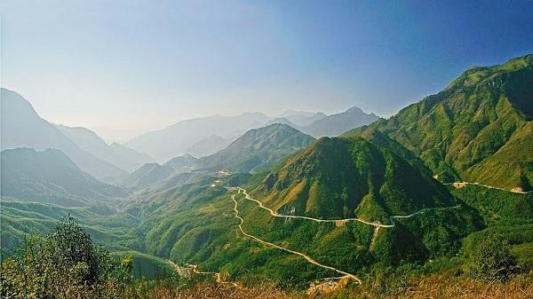 Đèo Khau Phạ, Yên Bái lọt top 5 đèo đẹp, đáng chinh phục nhất Việt Nam.Cung đường đèo Khau Phạ - một trong tứ đại đỉnh đèo của Việt Nam sẽ dẫn bạn đi theo những sườn núi hun hút gió, bên dưới là con suối đỏ ngầu cuộn chảy, chạy qua những đồi thông và những thửa ruộng bậc thang tầng tầng lớp lớp, ngút ngàn lên tận lưng chừng trời. Thị trấn Mù Cang Chải nhỏ xinh nằm gọn giữa hai sườn núi sẽ dần hiện ra trong mắt bạn ngày một rực rỡ.