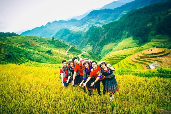 Mù Cang Chải vào dịp cuối thu. Thị trấn nằm dưới thung lũng trông thật thanh bình.Mù Cang Chải được công nhận là một trong những danh thắng bậc nhất đất Việt. Nếu bạn yêu vẻ mộc mạc đồng quê, yêu màu xanh miền sơn cước, bạn sẽ yêu Mù Cang Chải.