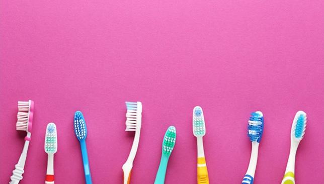 Bàn chải đánh răng:Thường xuyên thay đổi bàn chải đánh răng định kỳ để đảm bảo sức khỏe răng miệng. Thông thường từ 3 đến 5 tháng sẽ phải thay bàn chải một lần, tuy nhiên còn phụ thuộc vào thói quen chải răng của bạn để quyết định điều này.