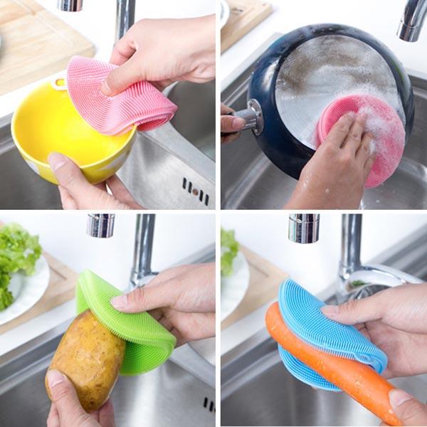 Miếng rửa bát:Dụng cụ nàytuy nhỏ nhưng lại cần được thay thường xuyên, khoảng 3 tuần một lần. Bạn cũng có thể tiết kiệm chi phí bằng cách làm ướt miếng rửa bát, sau đó cho vào lò vi sóng khoảng 2 phút để làm sạch nó.