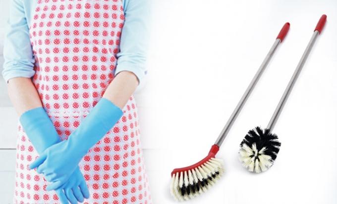 Dụng cụ cọ rửa nhà vệ sinh:Loại đồ dùng nàycũng cần được thay mới định kỳ bởi trong quá trình vệ sinh, các dụng cụ này dễ bị bám bẩn, dùng lâu ngày dễ gây ảnh hưởng đến sức khỏe và môi trường sống của bạn.