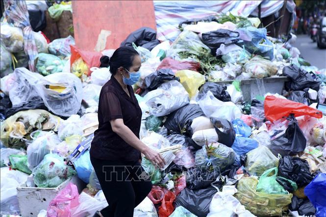 Rác chất thành từng đống gây khó chịu cho người dân tại khu vực phố Hoàng Văn Thái. Ảnh tư liệu: Tuấn Đức/TTXVN