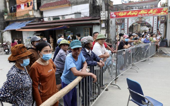 Chính quyền địa phương lập hàng rào để đảm bảo an toàn cho người dân.