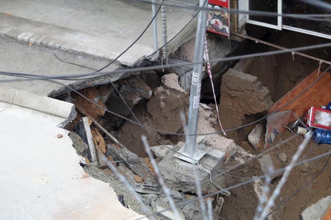 Nhiều khối lượng đất đá đã được huy động để lấp nhưng vẫn chưa lấp đầy được nơi sụt lún.