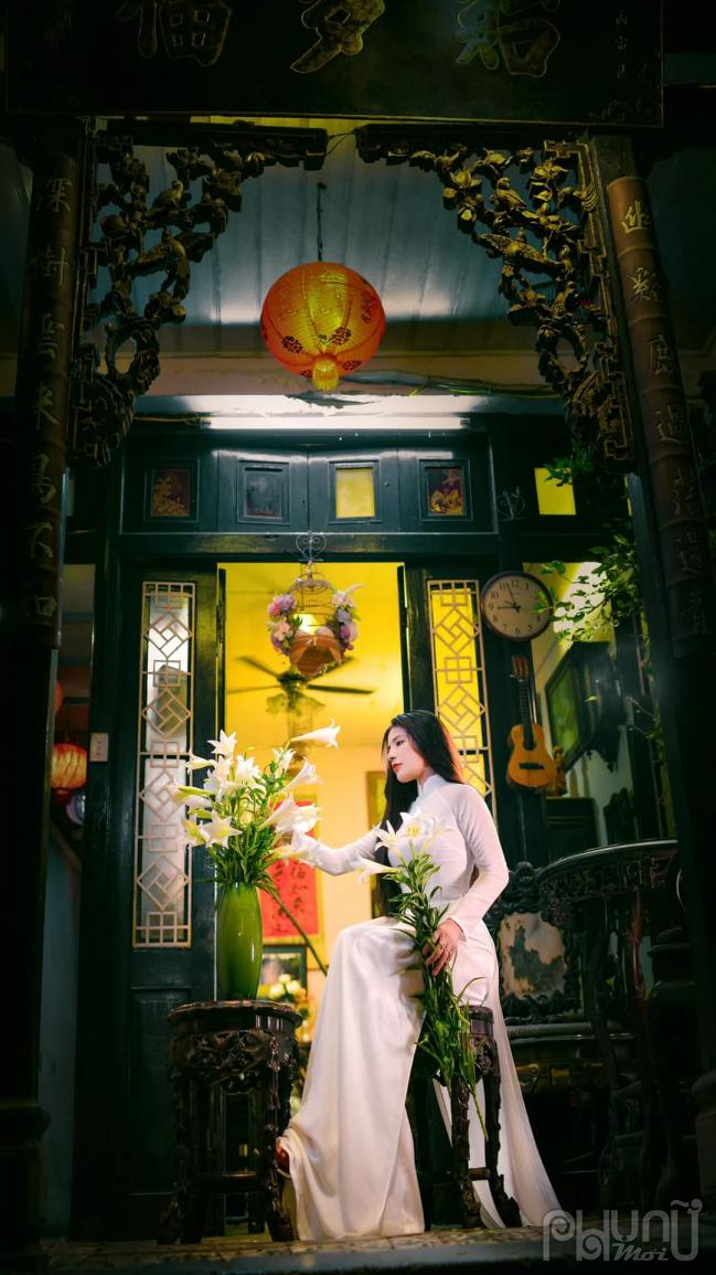 Hình ảnh tinh khiết, quý phái của thiếu nữ kết hợp với hoa Loa kèn.