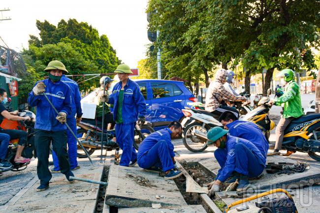 Công nhân đường sắt vất vả sửa chữa đường tàu giữa trời nắng gắt tại đường Giải Phóng (Hà Nội).