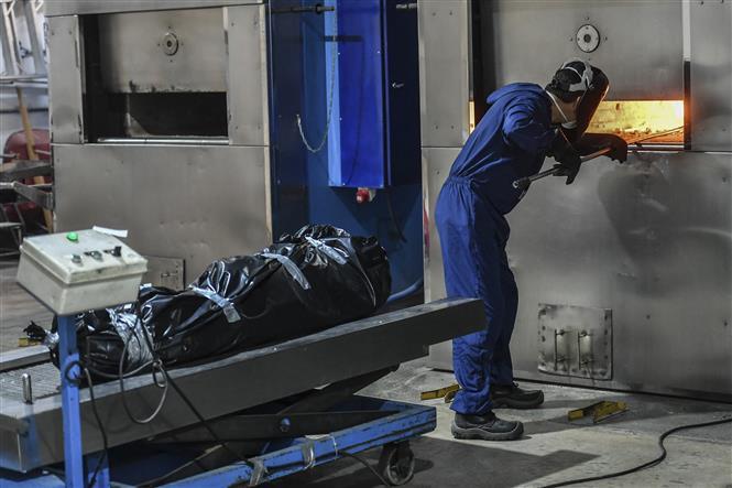 Hỏa táng bệnh nhân tử vong do COVID-19 tại nhà tang lễ ở Bogota, Colombia, ngày 19/6/2021. Ảnh: AFP/TTXVN