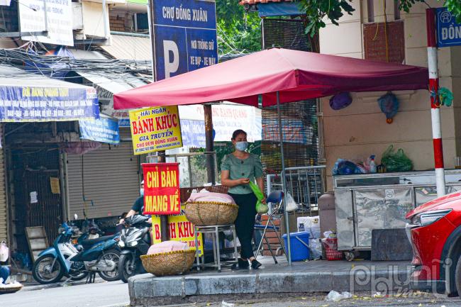 Cửa hàng bán đồ ăn nhanh chỉ bán mang về phục vụ người dân.