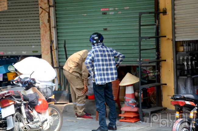 Cửa hàng tạp hoá đóng cửa chỉ bán khi người dân có nhu cầu hàng.