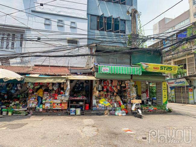 Đa số các cửa hàng bên chợ Nam Đồng đều vắng vẻ.