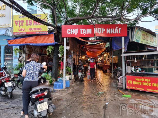 Nhiều người dân đi chợ từ rất sớm để mua lượng thực,chợ Tam Hợp Nhất, Trung Kính ảnh chụp 5 giờ sáng ngày 24/7